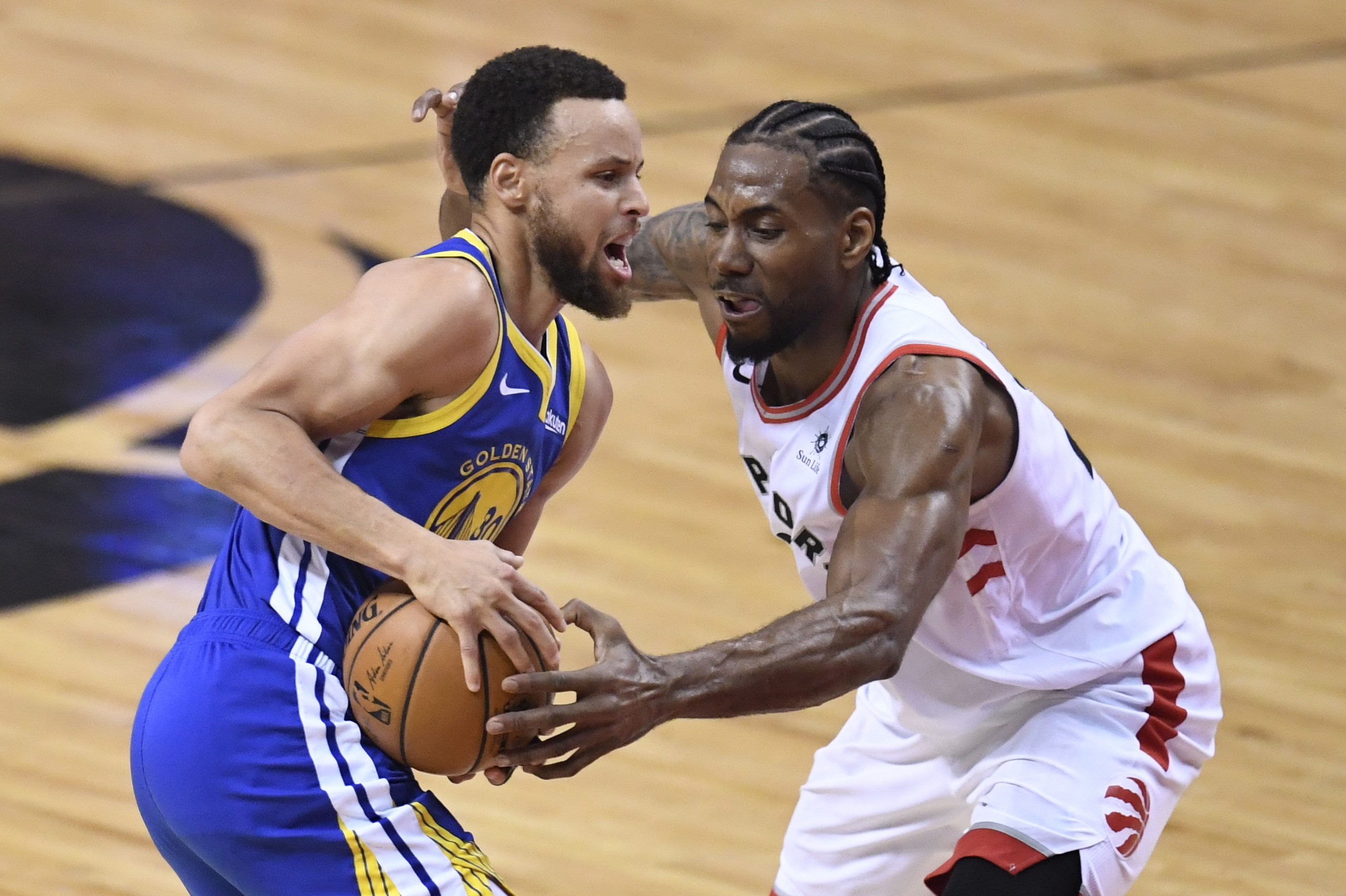 db2bc4bd16e Home 1gridSPORTS Warriors hang on to stay alive, win Game 5 of NBA Finals.  Toronto Raptors ...
